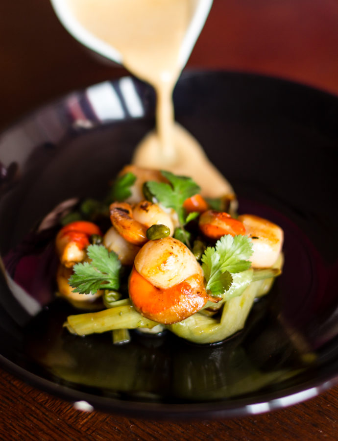 Coquilles St Jacques aux mini poireaux sauce pistache